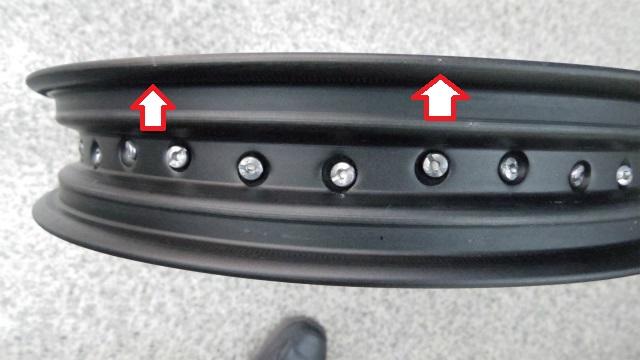 タイヤ脱着の際のリム内側に工具を当てた細かい傷が数カ所有ります。