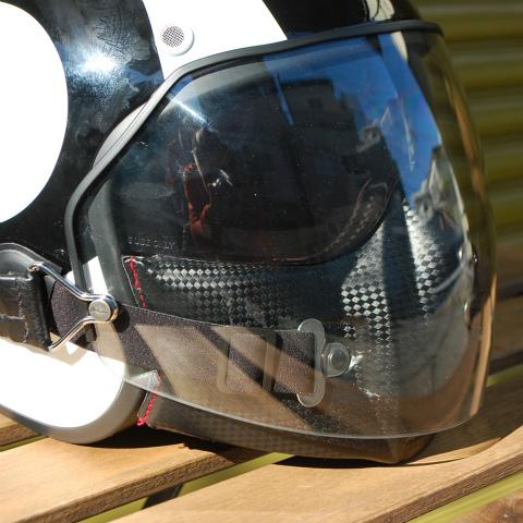 ラージシールドを装着したまま、ヘルメットの着脱は可能ですが、インナーシールドの上げ下げは難しくなっています。使用感としてはスタッズでの固定シールドと同様だと思ってください。