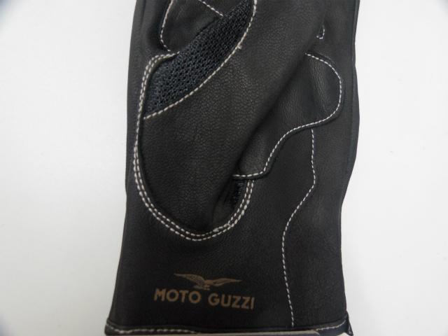 手首の前部にゴールドで Moto Guzzi ブランド名がプリントされいます