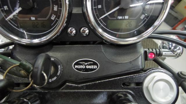 モトグッツィ純正部品。V7Stoneのメーターカバーに付いている部品