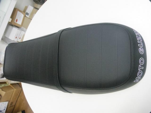 現在使用のシートの様に車体と馴染んでい無い為。装着時にシート前方(タンク側)をしっかり押し込んで装着して下さい。