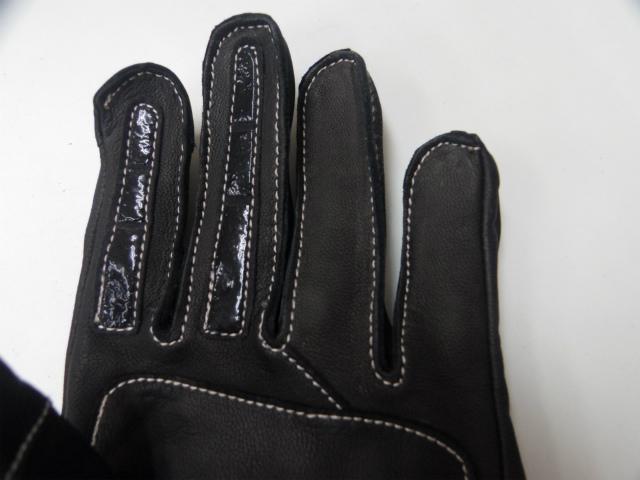 手のひらの快適な補強と人差指と中指のシリコンインサートがブレーキレバーとクラッチレバーの操作性を高めます。