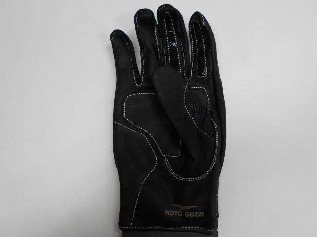 手首の前部にゴールドで Moto Guzzi のブランド名がプリントされています