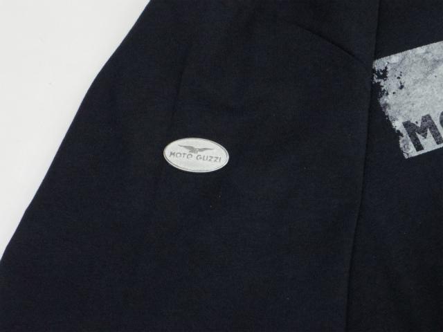 右の肩口にメタルのmoto guzziマークが付いてます。