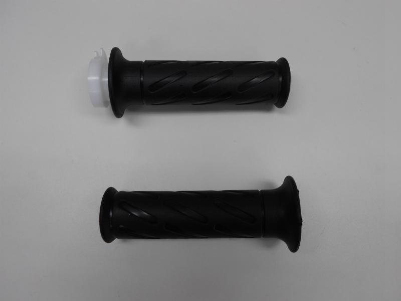 スロットル側(右)はカラーとグリップが組み付けられてます。