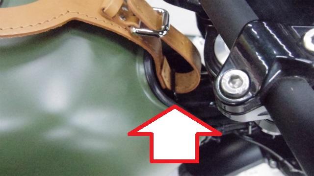 前側はガソリンを後ろに少しずらすと見える金具部に巻き付けます。