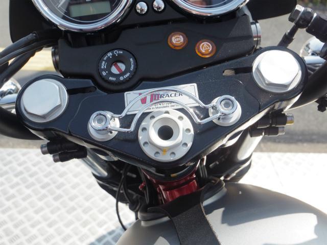 V7レーサーのトップブリッジに取り付けされてる部品
