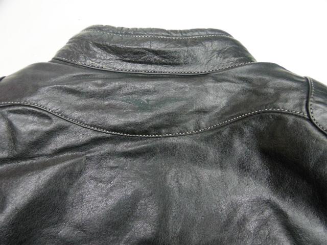 軽量でソフトな上質牛革を使用。「使い古した」外観を与える風合い処理により、快適な着心地が可能。