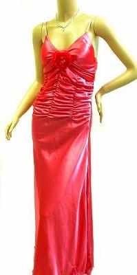 サテンの鮮やかなピンク<br />裾に刺繍がエレガントに<br />胸の薔薇は取り外し可能