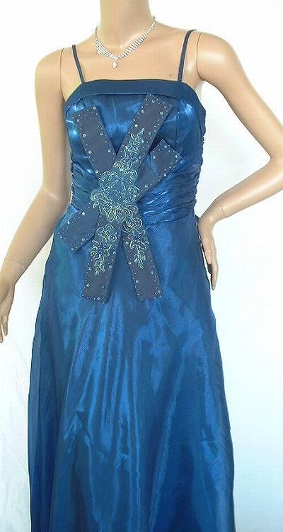 サテンシ地のブルーがきれいなドレス<br />大きなリボンにスパンコール<br />着丈 脇から120cm~ <br />バスト 74cm~ <br />ウエスト 64cm~  <br />♪背中ファスナー