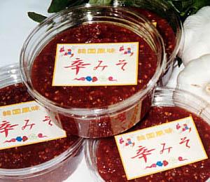 """自家製、手作りホームメイド! 添加物を使っていません。「辛みそ」は口コミで広がっています。<br>韓国産の唐辛子、国産ニンニク、砂糖、ごま油、醤油、ごま、国産の味噌などの材料で作っています。<br>「辛みそ」はそのま食材とともに味わうところに醍醐味があります。<br>もちろん調味料的な使い方もあります。<br>すっきりした辛さと味噌の味、それとニンニクの香り が味覚を刺激、定番のお食事のともに、食欲増進にどうぞ。<br><a href=""""http://www.dsp-net.com/miso/eat.html"""">食べ方の紹介をご覧ください。</a>ご注文は4個単位からです。2,160円(税込価格)/200gパックを4パック詰め合わせ。<br>◆ <a href=""""http://www.dsp-net.com/miso/index.html"""" target=""""_blank"""">辛みそ屋ホームページ</a><br>◆ <a href=""""http://blog.livedoor.jp/dragonmiso/"""" target=""""_blank"""">辛みそや店長のブログ</a>"""