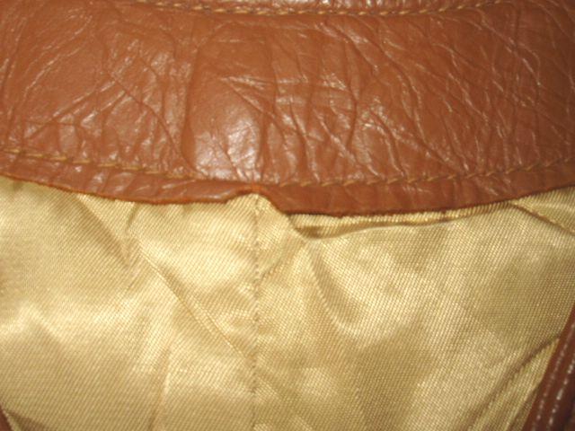 襟の内側に革がカケている部分があります。