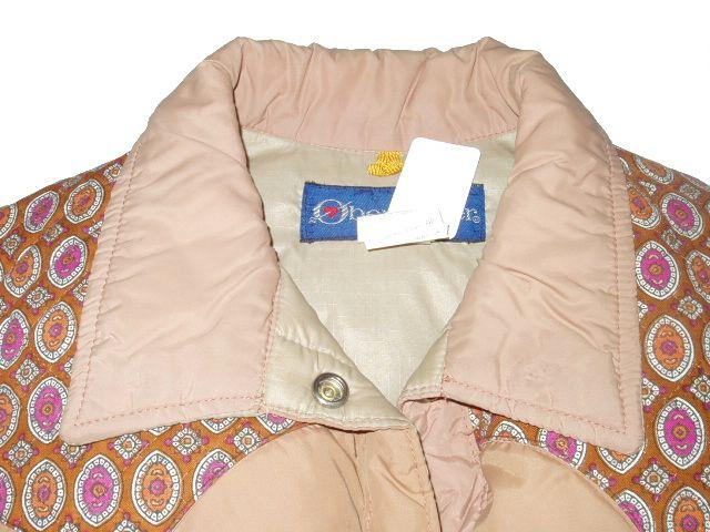 襟や襟の内側に汚れがあります。