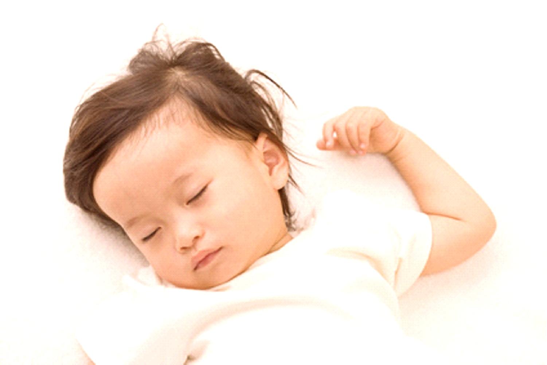世界保健機構(WHO)・FDA(米国食品医薬省)から安全性が認められているから安心。赤ちゃんを、子供を、母を、守る。インフルエンザウイルスの拡散を阻止しよう 使い方は簡単 ご家庭や仕事場で、二酸化塩素水溶液をミスト機でお部屋全体に散布するだけです。 たとえインフルエンザウイルスに感染した人が来てもインフルエンザウイルスとの接触を断ち切ることができます。 そして、ご家庭と仕事場との移動には、二酸化塩素水溶液を染み込ませた綿布をマスクに挟みます。たとえたとえインフルエンザウイルスに感染した人がそばにいてもインフルエンザウイルスとの接触を断ち切ることができます。 【絶対お勧め】 ① 安全性/ 世界保健機構(WHO)より《A1》の安全性が認められている。 また、FDA(米国食品医薬省)でも安全性は証明されている。 ② 殺菌力/ 塩素や次亜鉛素酸ナトリウムに比べ2.5倍の酸化力(減殺力)がある。 たとえば、A型インフルエンザウイルスに対し約30分で99.999%の不活化効果がある。 ③ コスト/ 費用対効果を勘案すると最も安い部材である。 ④ テストロン製薬の製品/ 外国製品には、界面活性剤や消泡剤としてのシリコン、その他の不純物が含まれているが、当社商品には、これらの不純物が含まれていない。たとえば、途上国からの格安輸入品もみられるが、品質的にかなりの疑問符がつく。 ⑤ 殺菌・滅菌作用としてのオゾン発生器/ 21/08/27国民生活センターは「使用方法によっては危険になるものがあり、専門知識のない消費者は購入を避けた方がよい」としている。 ⑥ 次亜塩素酸ナトリウム・過塩素酸ナトリウム/ フミン酸と反応しトリハロメタン(たとえばクロロホルム)が発生する。フェノールと反応しクロロフェノールを生成する。したがって、日本を除く諸外国では、ディオックスが主流である。 【効果】 ☆ 殺菌・除菌 塩素や次亜塩素酸ナトリウムより2.5倍の酸化力。そして、10倍の水中安定性。刺激臭無し、殺菌力も強い。ノロウィルス、B型肝炎ウィルスやメチシリン耐性黄色ブドウ球菌 (MRSA)、O-157等大腸菌、サルモネラ菌等の雑菌も滅菌が可能です。 ☆ 消臭 ディオックスの強い酸化力は悪臭物質を直接酸化分解して無臭にする効果があります。 ※ 有害微生物を根本的に破壊するのが特徴。従って、空気の浄化もおこないます。 ☆ 防カビ カビはアレルギーや、ぜんそくの原因ともなります。衛生上の不安がいっぱい。ディオックスは有害微生物に対して広い適応範囲を持っているので、簡単に除去、そしてカビ臭の脱臭を行います。 ☆ 鮮度保持 野菜や果物等は、酵素と糖分の作用によってエチレンを気孔より気散し、熟しきると腐る現象になると云われています。ラプターで霧化させたディオックスは酵素の働きを抑えるので、野菜、果物が仮眠状態になり、鮮度が保たれます。 【加湿器でOK】 加湿器で霧化させ、空気中に散布します。10畳程度のお部屋で約2~3分噴霧し、30分程度休みます。このサイクルを繰り返します。原液を2倍に希釈しても効果があります。《なお、簡易式のハンドスプレーで吹き付けても消臭、除菌に対して速効性があります。》