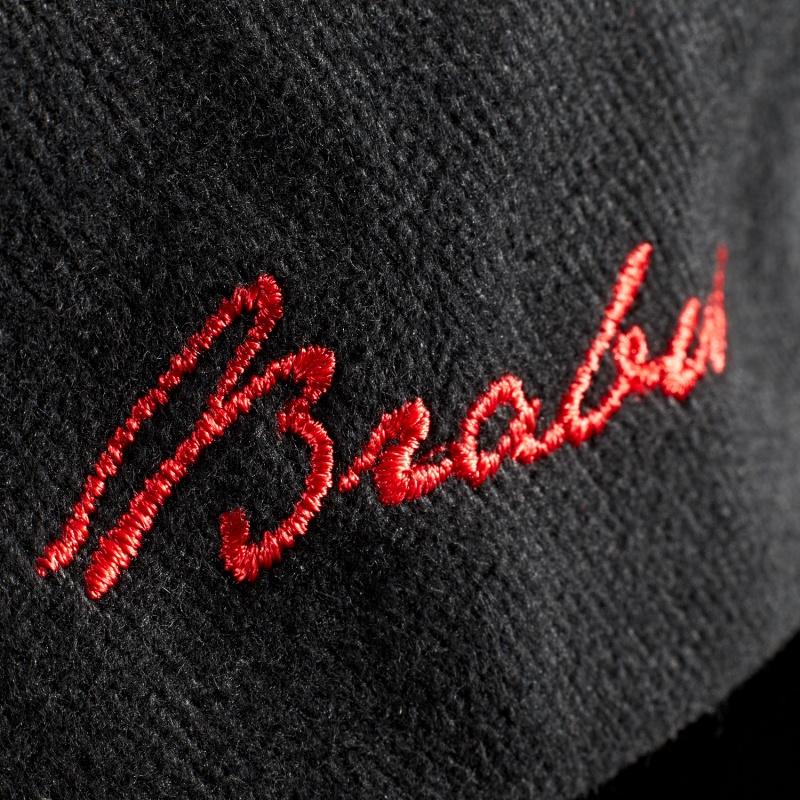 サイドの赤い刺繍