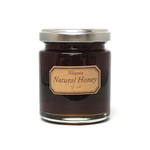 <div>新潟県小千谷市の山本山高原にて無農薬や有機農法にこだわる農業団体「イチカラ畑」が育てた、夏そばの花から採れたはちみつ。濃厚で黒糖のような個性ある風味ながら、そばのはちみつとしては比較的食べやすい味です。ブルーチーズとのマリアージュが最適。ハード系のパンやそば粉のガレットにもお勧め。鉄分やルチンが豊富で貧血や動脈硬化予防、喉や咳にも良いとされます。</div><div>花言葉は「懐かしい想い出」「喜びも悲しみも」「あなたを救う」「幸福」。</div><div><br></div><div>新潟県はちみつ共励会アカシアの部6年連続優秀賞受賞の近藤基道氏が採蜜。</div><div></div>