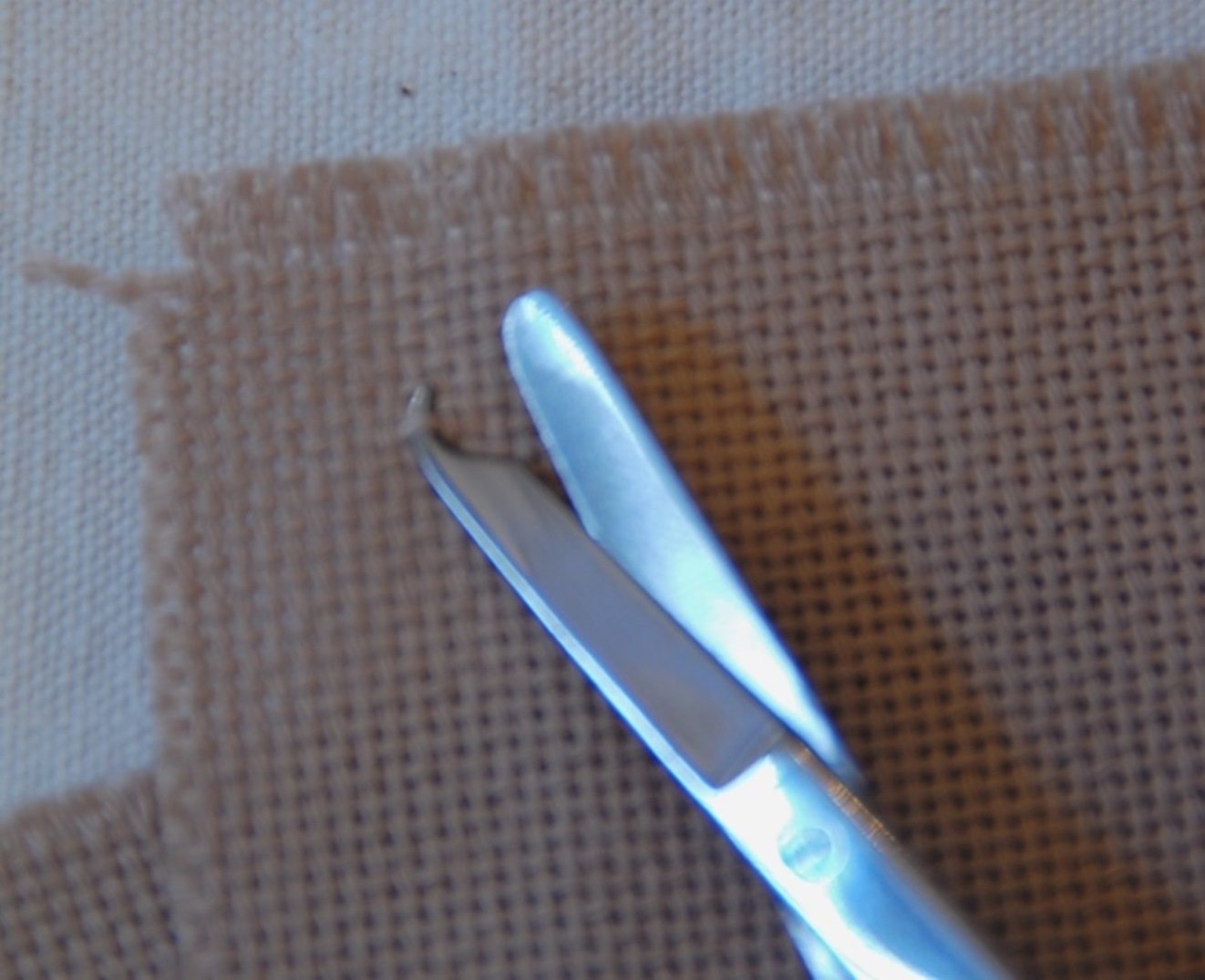この様に織り糸を引き上げ持ち上げてカットします。