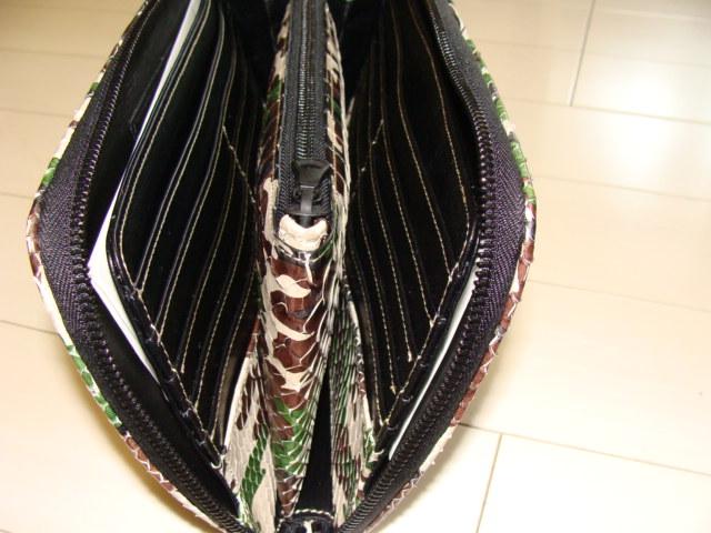 内部画像(中心部にファスナーポケット付き。両側にカード収納ポケット合計10枚収納仕様)