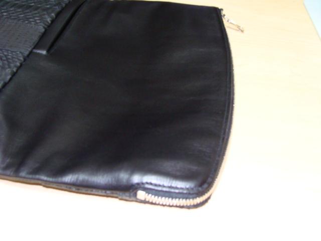 ファスナーの開閉部、片面はカーブ状に創られ出し入れし易い仕様