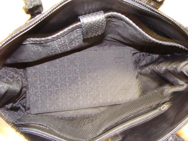 内部、前面に13インチMac book airが楽に収納ポッケ(ウレタン入用仕切ポケット)。後方はパイソン革のポケツトとファスナー収納ポケツト仕様