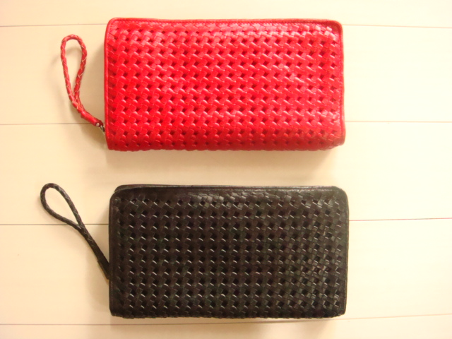 赤と黒の2色が御座います、持ち手は牛革を丸紐に編み込んだ仕様