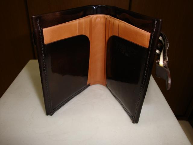 内部の仕様、カード用のポケットとカード隠しのフラップ付