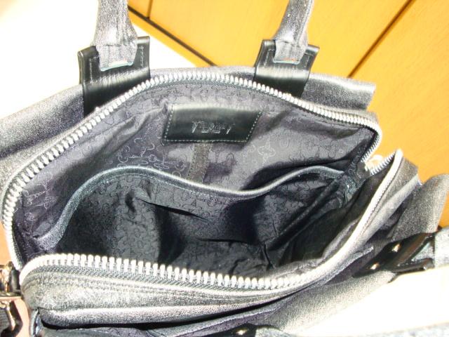 本体内部には仕切りのポケットも付いています