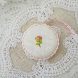 裏面は蕾刺繍。一つ一つ手作りのため模様がそれぞれ異なります。ご了承くださいませ。
