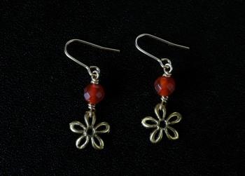 赤メノウのお花ピアス画像2。