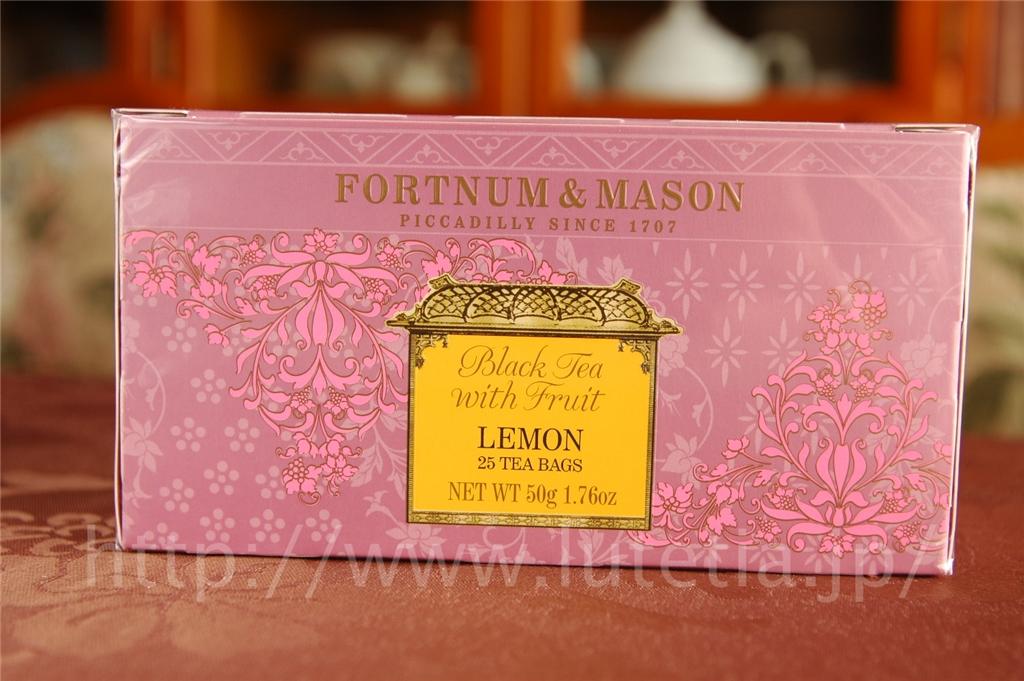"""<p>フォートナム・アンド・メイソンのレモン フレーバーティーです。<br> 中国茶に乾燥させたシシリア産のレモンがブレンドされています。</p><p>この紅茶は、<br><a href=""""http://www.lutetia.jp/products/detail.php?product_id=378"""">http://www.lutetia.jp/products/detail.php?product_id=378</a><br>に引っ越しいたしました。<br>お手数ですが、リンク先をご利用ください。</p>"""