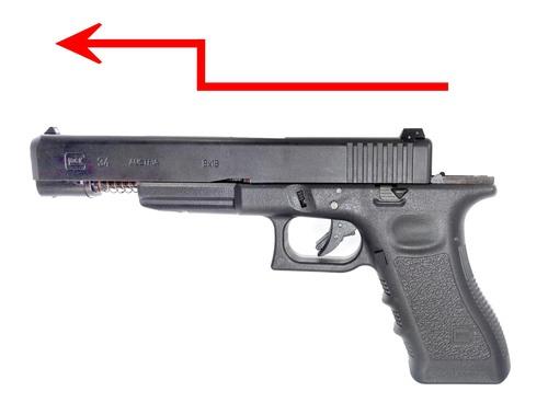 スライドロックを押し下げてスライドを銃口側に動かすと↑写真の位置で止まります。  その位置でスライドを上に持ちあげて分解します。 組み立ては逆の手順で行います。