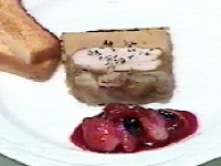 伊達鶏の胸肉のユール、野性のキノコ添え、フレッシュ・フルーツのコンポート・ソース