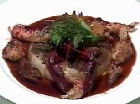 名古屋コーチンのモモ肉のロワイヤル仕立てトリュフ風味、アバティ、リ・ド・ヴォー、エクルヴイス入りポルト酒のソース、フレッシュハーブを添えて