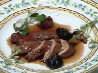 若鶏の胸肉とフォワグラの軽い燻製、ドライフルーツの赤ワイン煮