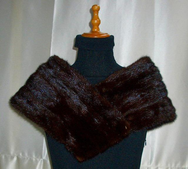 スーツやコートにかさねて羽織るミンクのストールです。<br>クリップやカギホックで自由にサイズを変えられます。<br><br>