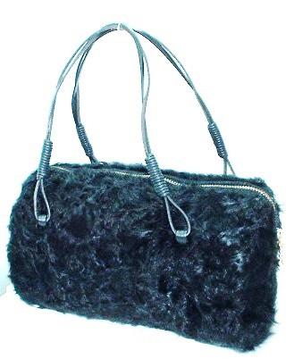 くるくる巻きのチッキャンラムブラック染めで作った小振りのバッグです。<br />持ち手は牛革を使用。<br />横23cm・巾6~11cm・高さ12cm