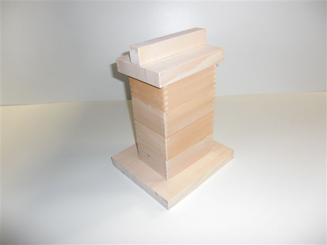 家庭でできる、柳川せいろ蒸し器セット4名様用<br /><br />レシピと使い方説明書付き!<br /><br />約W163mm×D117mmの箱とすのこの4セットと鍋から出る蒸気を逃がす穴をあけた板(230mm角)と蓋が付いています。<br />ですから、220mm角以下のお鍋が別に必要になります。<br /><br />格安の理由は、数多くの老舗といわれるお店に<br />弊社で大量に生産しております。