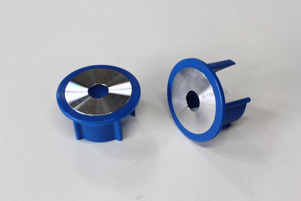 アルミプレートはシルバーからブルーアルマイトに変更になっています。