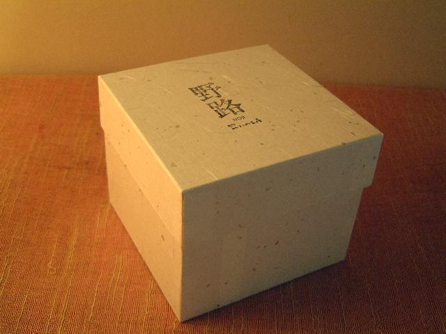 特製の和紙の箱に入っています。