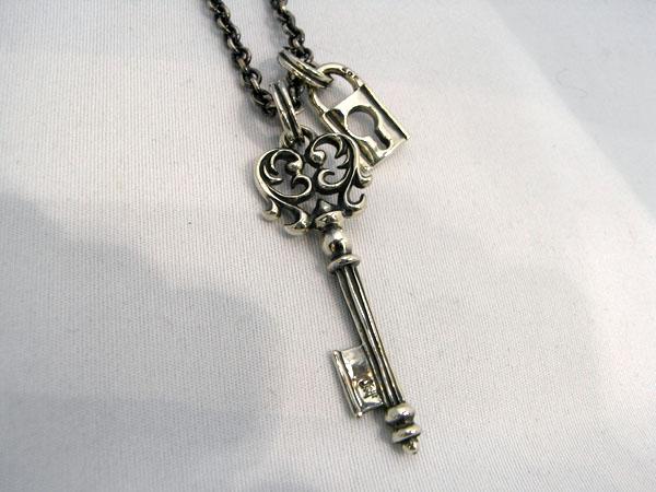 同シリーズの鍵ペンダント(GZ870)との重ね着けもオススメです。