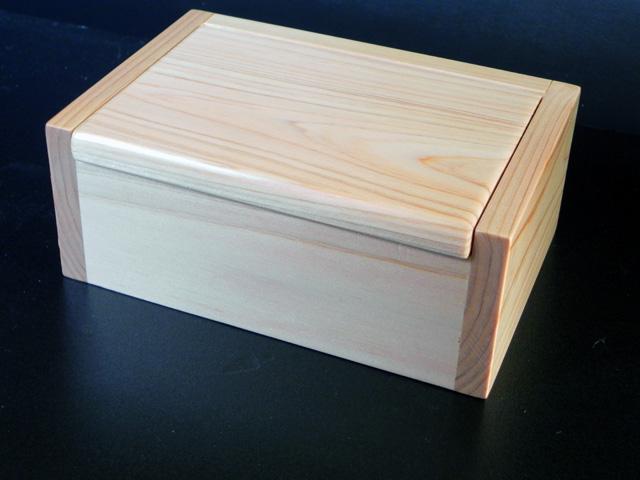 名工「泰喜」のエサ箱 木目がそろって美しい