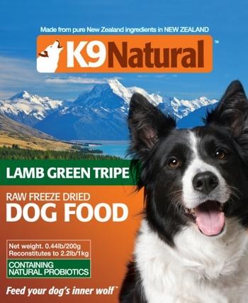 正規品 K9 Natural グリーントライプ  Green Tripe 200g<br /><br />200g お水,もしくはぬるま湯で戻すと1kg!<br /><br />100%ナチュラルプロバイオテック<br /><br />K9ナチュラルフリーズドライグリーントライプには、<br />生の自然のプロバイオティックや愛犬のお腹の健康にとって必要な栄養と酵素がたっぷり。<br /><br />生のグリーントライプには、愛犬の胃の消化を助けたり筋肉を強化するアミノ酸が含まれており、<br />歯をきれいに保つのを助け、お腹が弱い下痢気味のコや便秘気味のコなど腸に問題をかかえているコに特にお勧めです。 <br /><br />また、デリケートなコがドライフードから生食に切り替える際、<br />約1週間K9ナチュラルフリーズドライグリーントライプを与えた後、K9ナチュラルのフリーズドライフード(生食)を与えると切り替えがスムーズになります。<br /><br /><br />原材料<br />新鮮なラムのグリーントライプ 100%<br /><br /><br /><与え方> <br />K9ナチュラルのフードまたは他の食事の10%~30%ぐらいをフリーズドライグリーントライプに替えて、<br />トッピングまたは混ぜて、水かぬるま湯(37℃以下)を加えて与えてください。<br /><br />個体差がありますので量は調整してください。<br /><br />フリーズドライのままお使いになる場合は、すぐにお水を飲める状態にしておいてください。<br />※同梱されている計量スプーンは、軽く1スプーン=約8gです。<br /><br /><br />