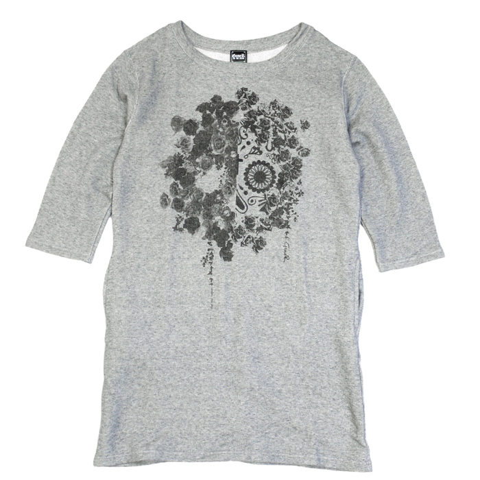 <p>Name, : Two Face Sweat One-Piece<br>No, : GR15LD002<br>Col, : Grey / Black<br>Size, : Free Size<br>Price, : 6,900yen (+tax)<br></p><p><br></p><p>Flower SkullのTwo Face Design</p><p>BackにはGoneR定番ロゴがプリント</p><p><br></p><p>サイドポケットが付いているので使い勝手がよく、</p><p>ロングレングスの8.4オンススウェットワンピース</p><p><br></p><p></p><p>素材 : 綿100%<br></p><p></p><p></p><p></p>