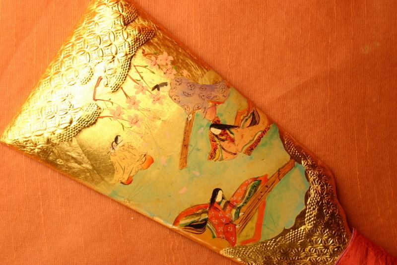 【物語の解説】新年になって、宮中では源氏が主催する春の宴が間近となって、姫達や男性達が練習にいそしんでいるところです。(金箔、顔彩仕上げ、羽子板立て、桐箱入り)