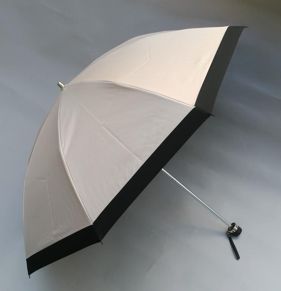 当たり前ですが「涼しい日傘」です。<br />東レが開発した「サマーシールド」を使用した晴雨兼用傘です。最近珍しい扱いやすい2段折り畳み傘です。特徴は99.99%のUVカット率と遮光性それと「遮熱性」です。傘の下はまるで木陰にいるような気温との温度差になります。<br />【仕様】サイズ50センチ8本骨<br /> 生地ポリエステル100% 親骨素材 グラスファイバー<br />博多の傘屋「しばた洋傘店」の別注オリジナルの晴雨兼用傘です。<br />