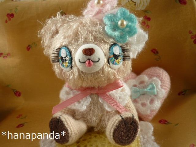 お花の耳飾りとケープでおしゃれしたクマさんの女の子です。