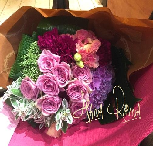 アンティークな色合いの花束です。