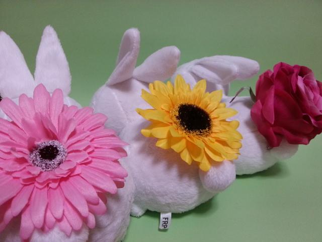 ヒマワリとガーベラとバラの花を、それぞれお尻に咲かせたうさぎさんの3体セットです。<br>バラエティー豊かで、気分に合わせて配置を変えられますね。<br>たくさん集めてお花畑も作れますよ。<br>単体より600円もお得です。<br><br>花の種類の変更をご希望の方は注文の際にお伝えください。
