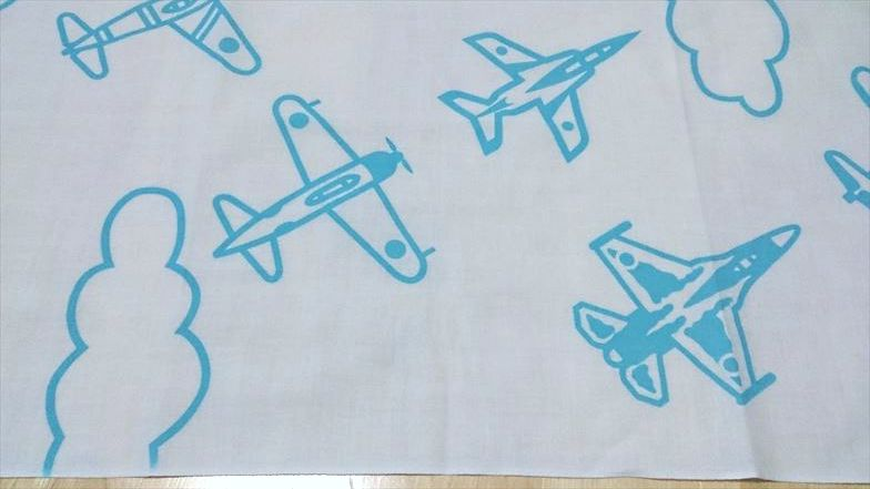 新旧取り混ぜた飛行機が仲良く飛んでいます。