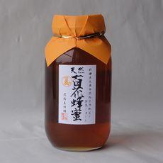 7月~8月にかけて咲いた夏の花々よりミツバチが集めた百花蜂蜜です。毎年集める花々が違いますので蜂蜜の味・色は変わります。一般的には色合いが濃いほどミネラル分が豊富に含まれると言われますが、味は濃厚となります。蕎麦の蜜も混じっておりますのでクセが比較的強いです。【蕎麦アレルギーの方はお召し上がりならないでください】